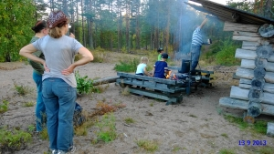 Ryssänmontun laavun katto tervattiin kyläyhdistyksen järjestämissä talkoissa kesällä 2013. Kuva: Hannu Vienola.