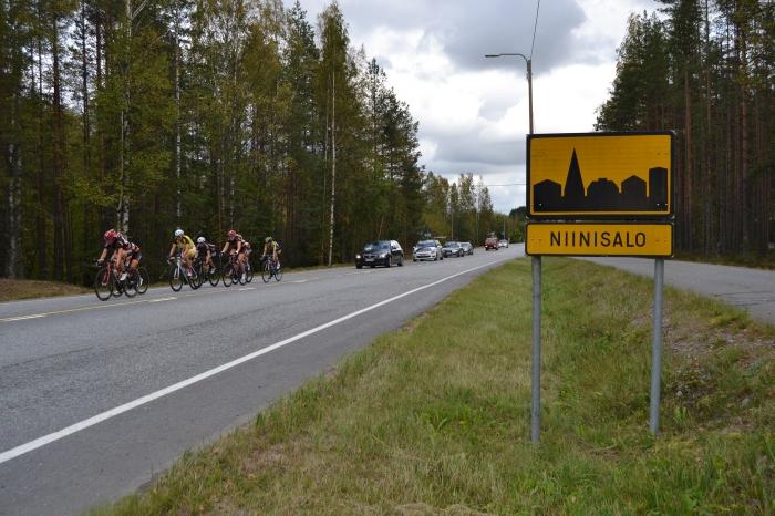 Skoda Maantiecup 11.9. Pyöräilykisan maatieosuudessa ajettiin myös Niinisalon kylän läpi.
