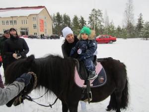 Talvitapahtuma 2016. Talvitapahtumassa pääsi kokeilemaan myös poniratsastusta.