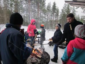 Talvitapahtuma 2016. Tikkupullaa paistettiin ja lämmiteltiin samalla nuotion äärellä.