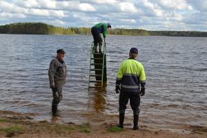 Valkiajärven uimarannan siivoustalkoot järjestettiin 20.05.2015.  Samalla laskettiin veteen ja koekäytettiin lasten liukumäki. Kuva: Kirsi Jaakkola