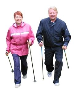 Sauvakävely on parasta yhdessä! Kuvassa Niinisalon kyläyhdistyksen puheenjohtaja Hannu Vienola sauvakävelee hyvässä seurassa.